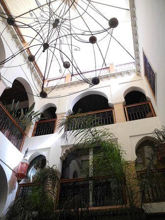 Riad Oumaima: Wiew up to rooms from lounge area/reception
