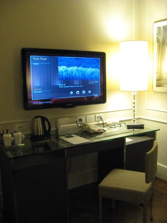 Hotel Brunelleschi: TV & Desk