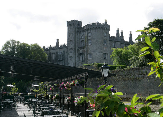Kilkenny River Court Hotel: Hotel overlooked by Kilkenny Castle