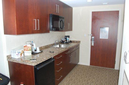 Las Palmeras, a Hilton Grand Vacations Club: Die Küche mit Microwave Oven und Starbucks Kaffee