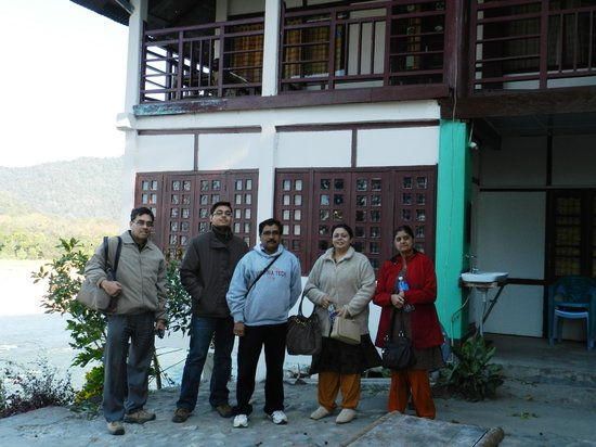 Assam, Indie: Group in front of the lodge
