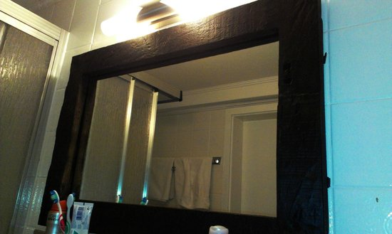 Hotel Kopa : der Badspiegel aus Holz :)