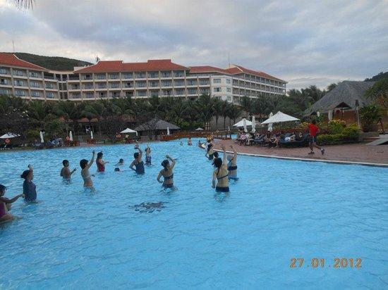 Vinpearl Nha Trang Resort : Aqua Aerobics at the mega huge pool