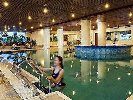 Hotel Novotel Batam: Indoor pool faces the cafeteria, street and lobby.