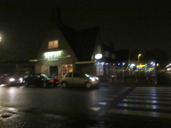 Cafe De Pont: Arrivando dal traghetto...una sera piovosa...