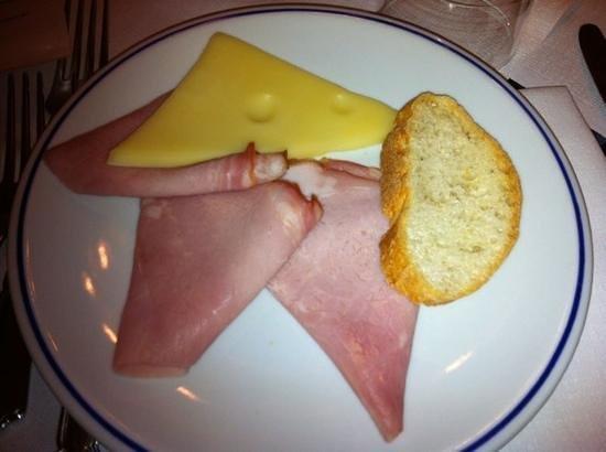Park Hotel Folgarida: le rosette di Praga e formaggio di valle con crostone!!!! che tristezza...