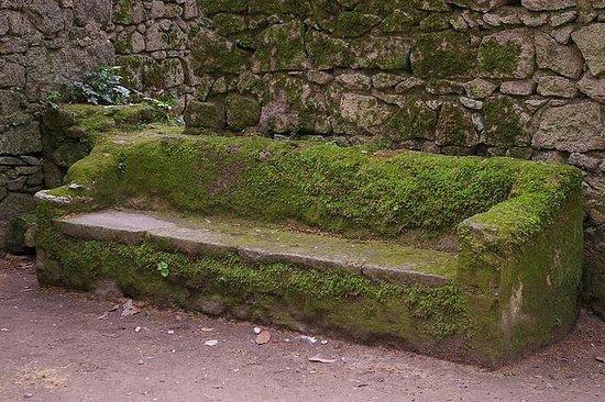 Castle of the Moors: Sillón de piedra forrado de musgo a la entrada del Castelo dos Mouros