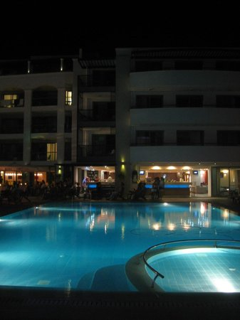 Albatros Spa & Resort Hotel: the pool by night