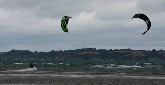 Orewa Beach Top 10 Holiday Park : Kite Surfing, Orewa Beach