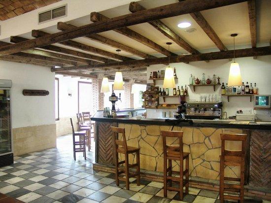 Camping La Lomilla: Vista del bar/cafetería desde uno de los comedores del Mesón Rural
