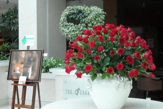 JW Marriott Hotel Quito: lobby is decorated with amazing flower arrangements