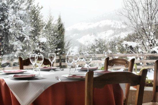 Camping La Lomilla: Vistas de la nieve en el exterior desde una de las mesas del comedor