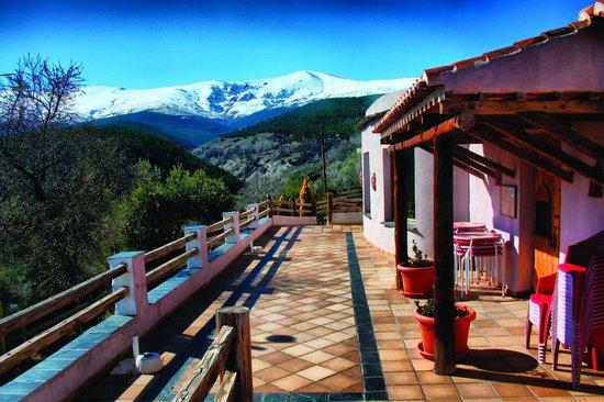 Camping La Lomilla: La terraza del Mesón Rural con vistas a Sierra Nevada y el Picón de Jérez