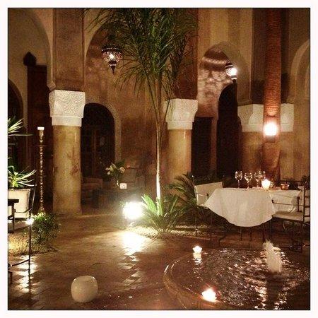 La Villa Nomade : Patio de la villa en soirée