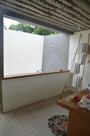 Blue Lagoon Beach Resort: private outdoor bathroom
