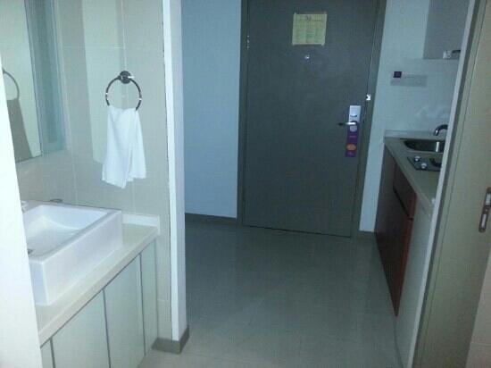 Citadines Biyun Shanghai: sink is out of restroom!!