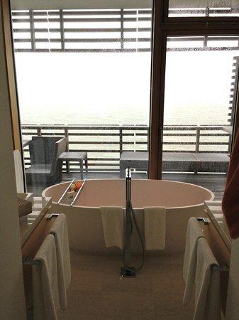 Budersand Hotel - Golf & Spa: Blick von der Badewanne auf die Nordsee