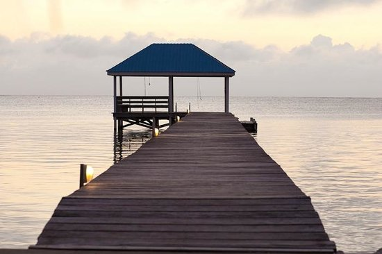 Cocotal Inn & Cabanas: pier at sunrise