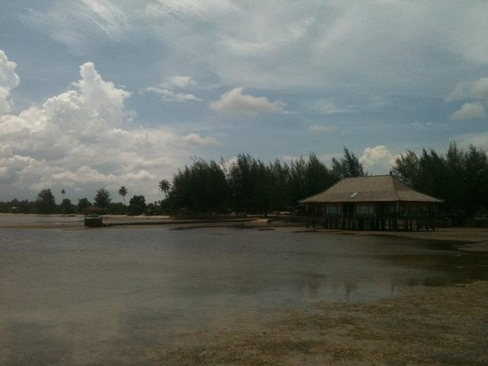 Bintan Agro Beach Resort: The honeymoon suite which looks disastrous during low tide.