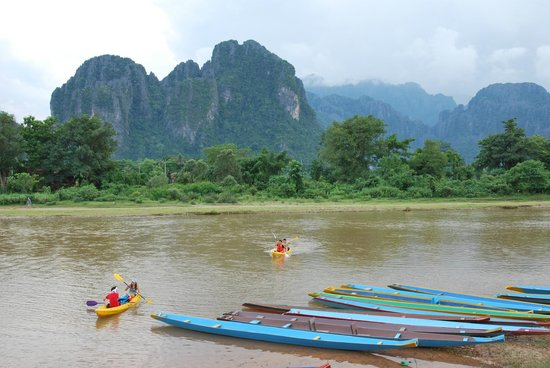 Thavonsouk Resort: Вид на реку и горы с лужайки отеля