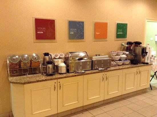 Clarion Hotel & Conference Center North Atlanta : breakfast