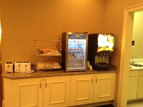 Clarion Hotel & Conference Center North Atlanta: pastries, juice, yogurt, eggs