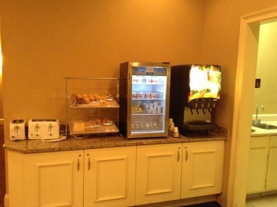 Clarion Hotel & Conference Center North Atlanta : pastries, juice, yogurt, eggs