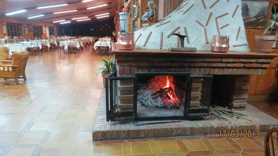 Hotel Pomieri: Camino malto grande che fa un bel caldo. Perfetto per rilassarsi dop aver mangiato e bere un dri