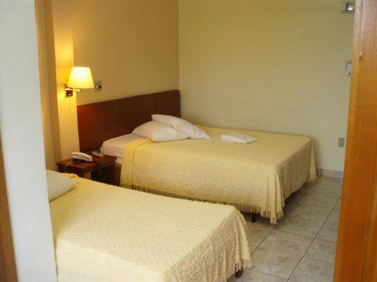 Ano Bom Palace Hotel: Habitación con dos grandes camas