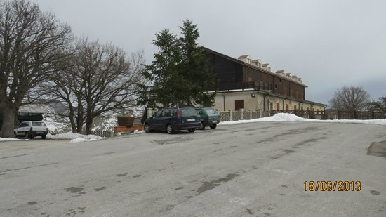 Hotel Pomieri: Ampio spazio di parcheggio