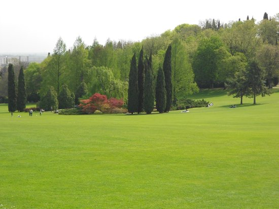 Valeggio Sul Mincio, Italia: giardini immensi sui quali si possono fare pic-nic