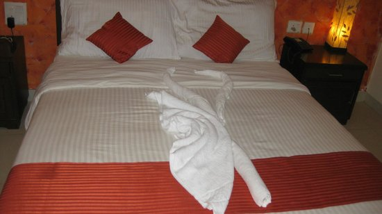 Martin's Comfort: queen bed and towel art
