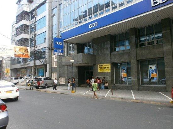 Lotus Garden Hotel: ATM gleich schräg gegenüber dem Ausgang