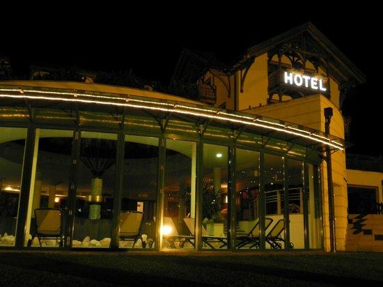 La Perla Hotel: Fuori la piscina - di sera