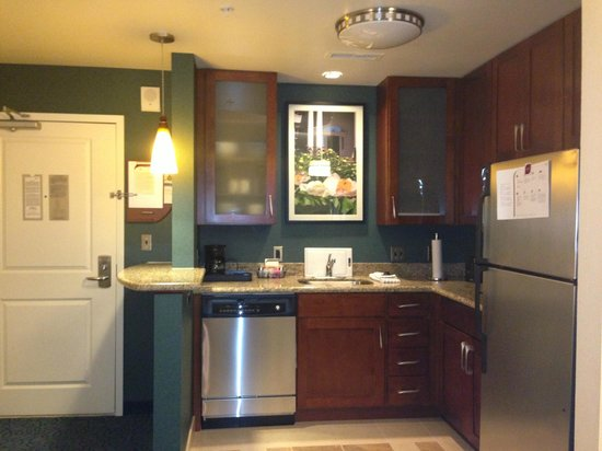Residence Inn by Marriott Cincinnati Downtown/The Phelps: Clean, stylish kitchen