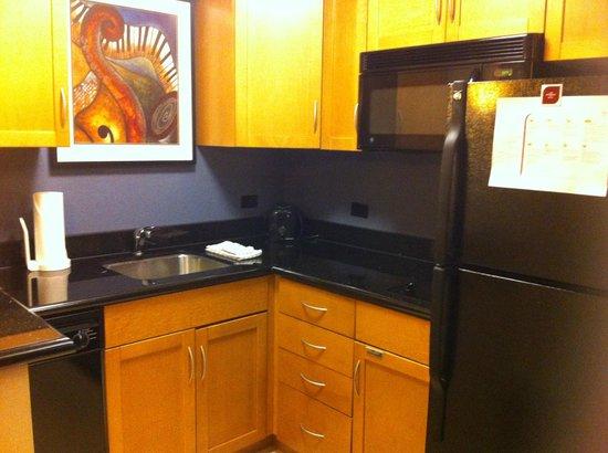 Residence Inn Toronto Downtown/Entertainment District: kitchen