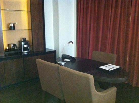 VIE Hotel Bangkok - MGallery Collection: writing table