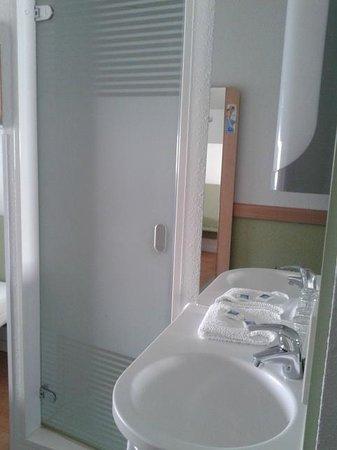 Ibis Budget Nuernberg City Messe: Waschbecken im Zimmer, Dusche dahinter
