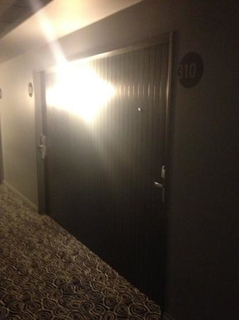 Aspen Square: porta de entrada do quarto do hotel