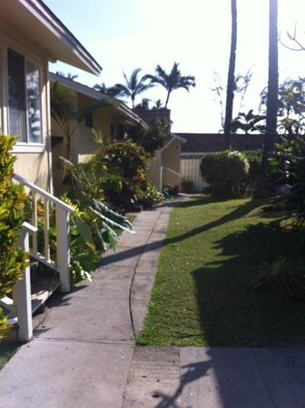 Waimanalo Beach Cottages: The entryway to the cottages.  #1 is all the way at the end
