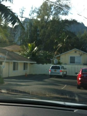 Waimanalo Beach Cottages: Small parking area in front of the cottages.