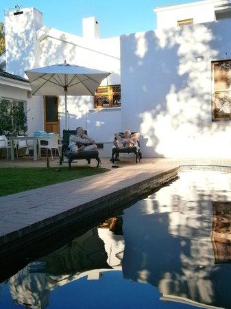 بينيلوبيز جست هاوس: relaxing by the pool
