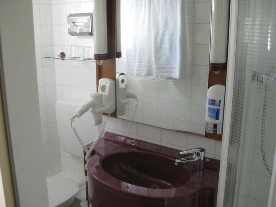 Star Inn Hotel Regensburg : Bad mit Platz für insgesamt eine Person