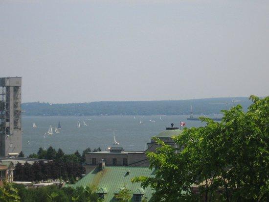 Hotel Manoir des Remparts: Vue du port de la terrasse!