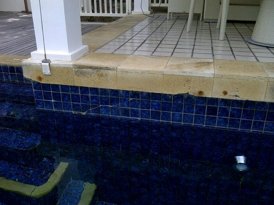 Banyan Tree Seychelles: Subsidence cracks, chipped pool tiles and rusty fittings