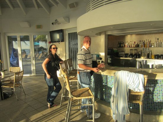 The Naples Beach Hotel & Golf Club: Bar/Restaurant between the pools