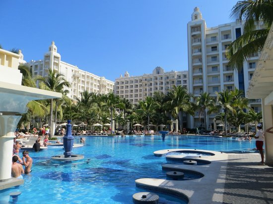 Hotel Riu Vallarta: adults pool and kids pool are large and lots of chairs