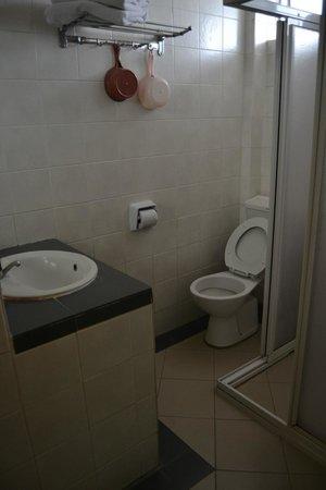 YMCA Hostel: Simple but clean bathroom