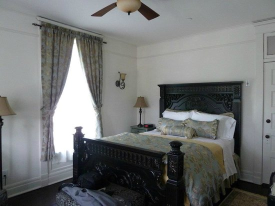Royal Victorian Manor: Our Gorgeous Room!