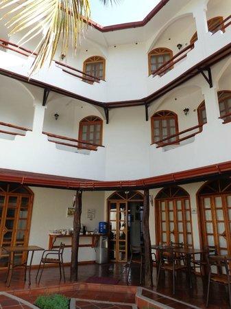 Hotel Galapagos Suites: Hotel, visto desde planta baja. Sector para desayunar.